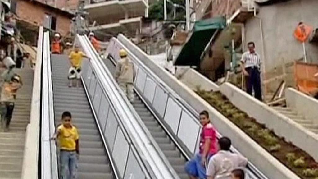 Venkovní eskalátor do chudinské čtvrti v Medellínu