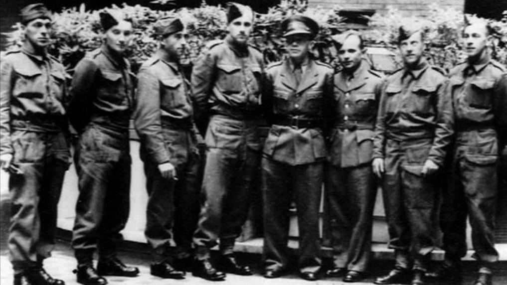 Českoslovenští parašutisté před odletem na misi
