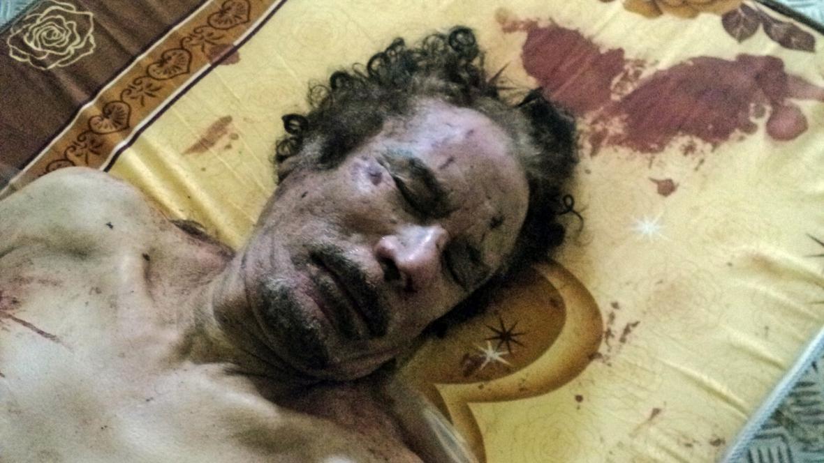 Vystavené tělo Muammara Kaddáfího