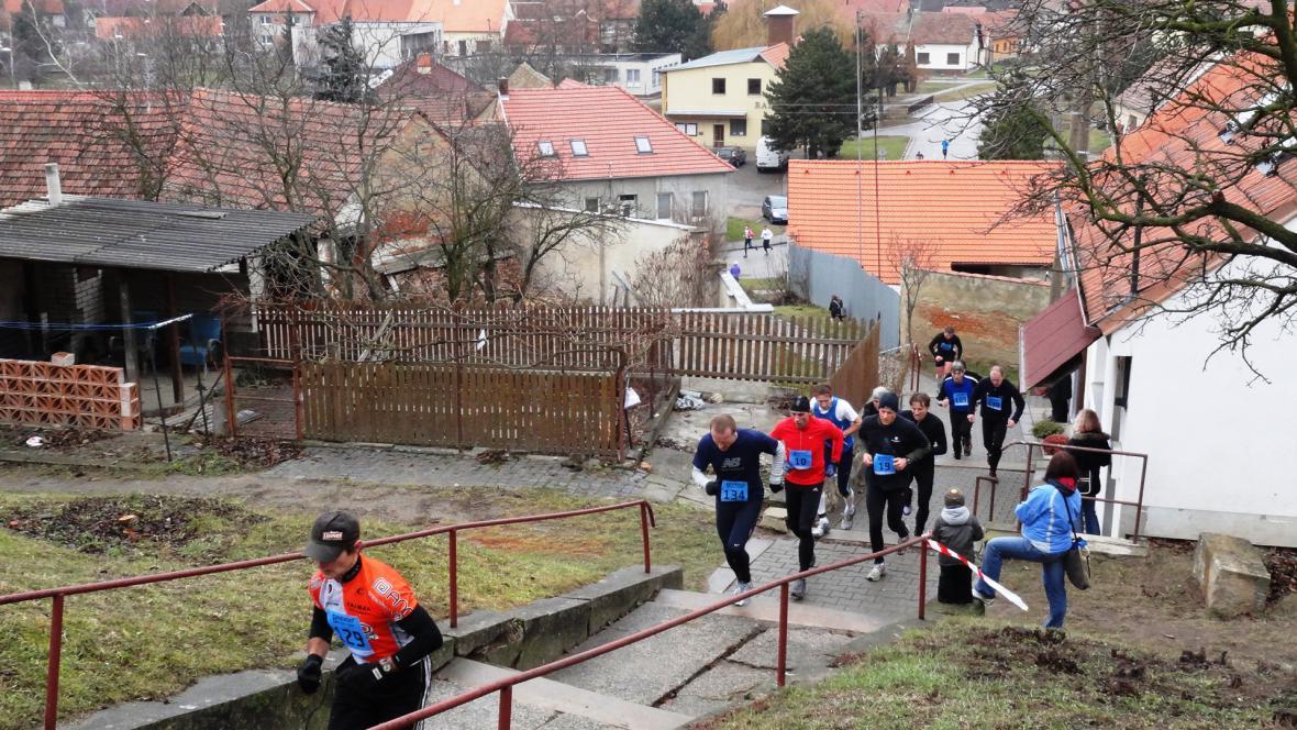 Závodníci běželi i po schodech
