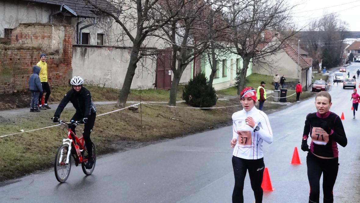 Triatlonistka Tereza Durdiaková (vlevo) zvítězila v ženách