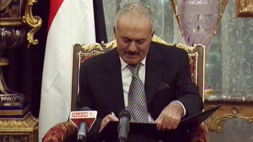 Alí Abdalláh Sálih při podpisu dohody o předání moci