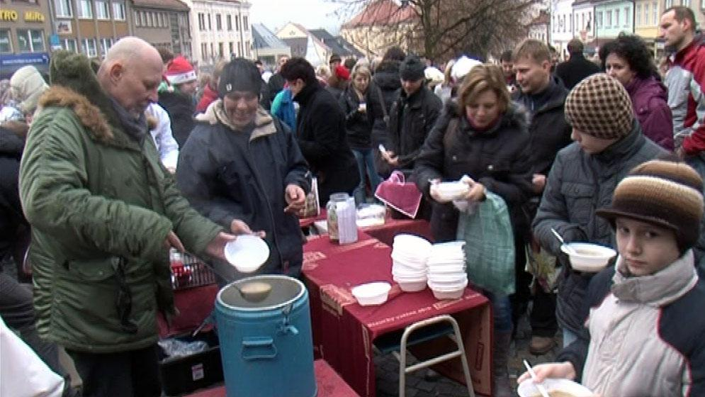 Kuchaři připravili 300 litrů polévky