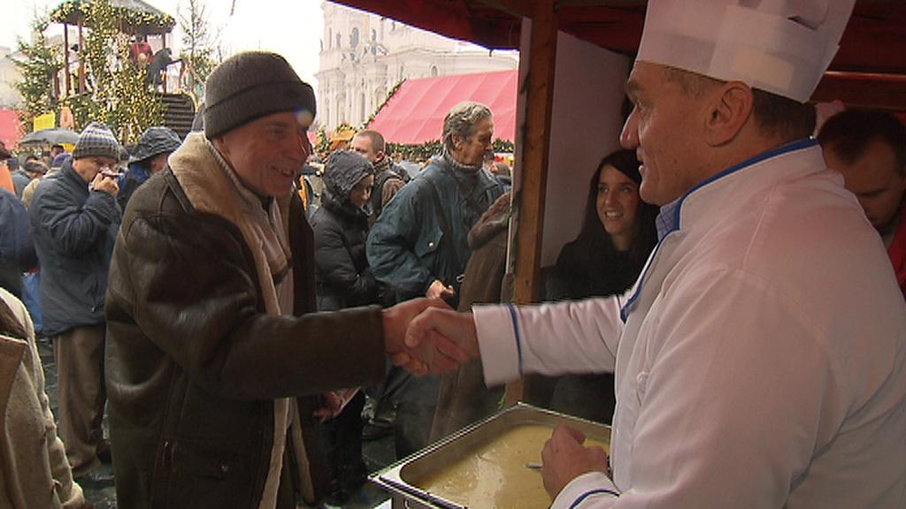 Podávání polévky na Staroměstském náměsti v Praze