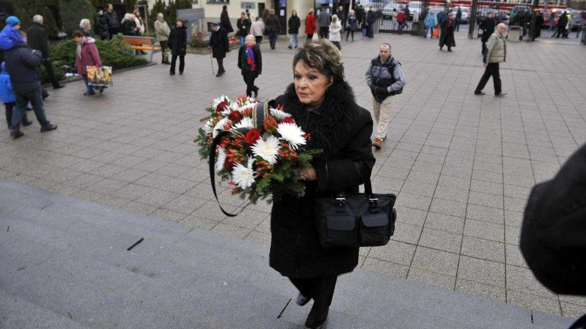Jiřina Bohdalová přichází do strašnického krematoria
