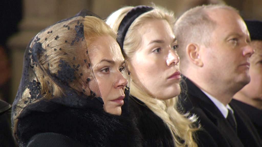 Dagmar Havlová a její dcera Nina při pohřební řeči Václava Klause