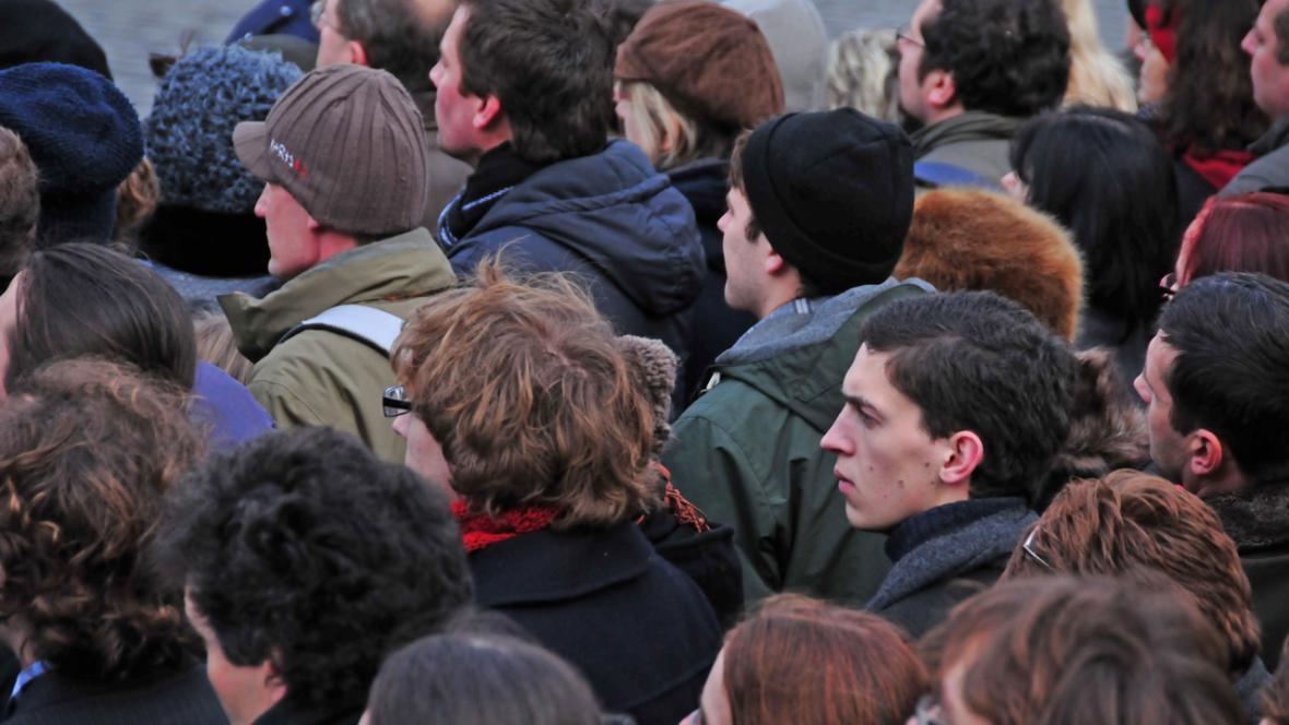 Na Hradě sledovaly pohřeb tisíce lidí