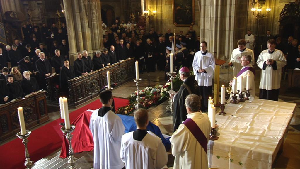 Biskup Václav Malý slouží závěrečný smuteční obřad
