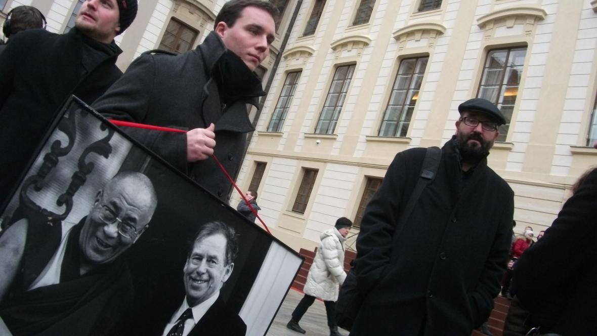 Divadelníci z Husy na provázku s sebou přivezli obraz Havla s Dalajlámou