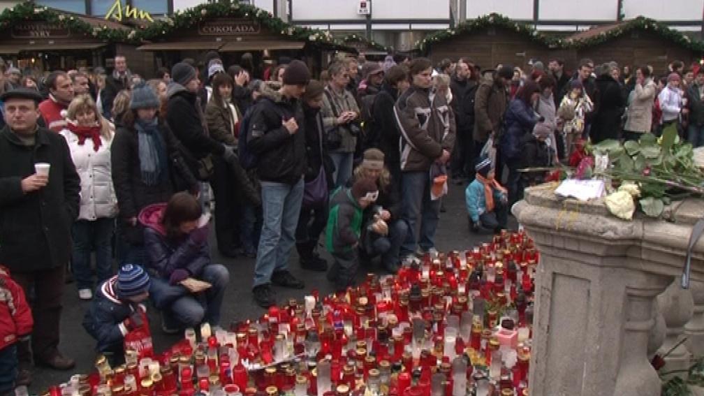 Minutu ticha drželi lidé i na náměstí Svobody