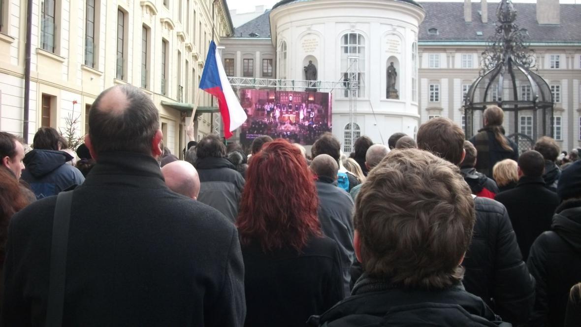 Minuta ticha na druhém nádvoří Pražského hradu