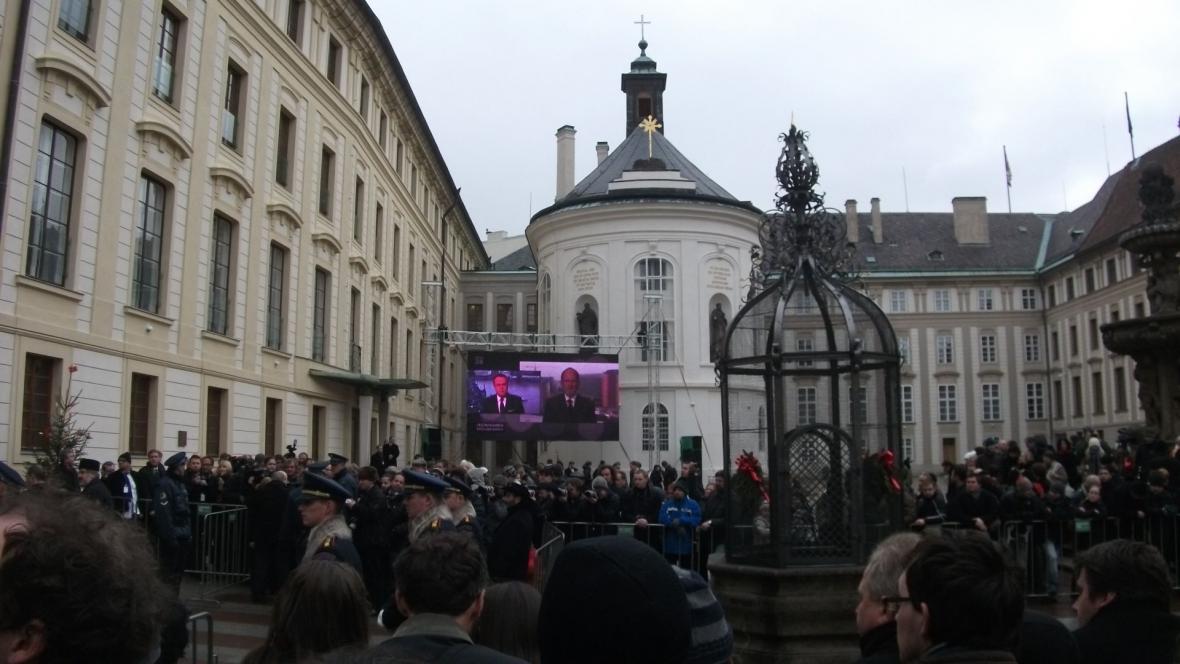 Davy lidí na druhém nádvoří Pražského hradu