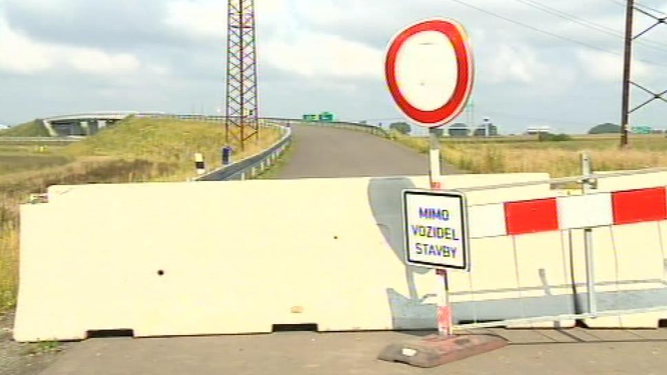 Na most nesmí vjíždět nikdo kromě vozidel stavby