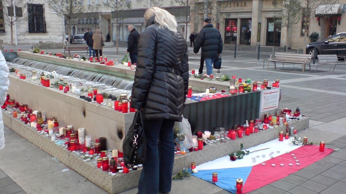Lidé zapalují další svíčky na památku Václava Havla