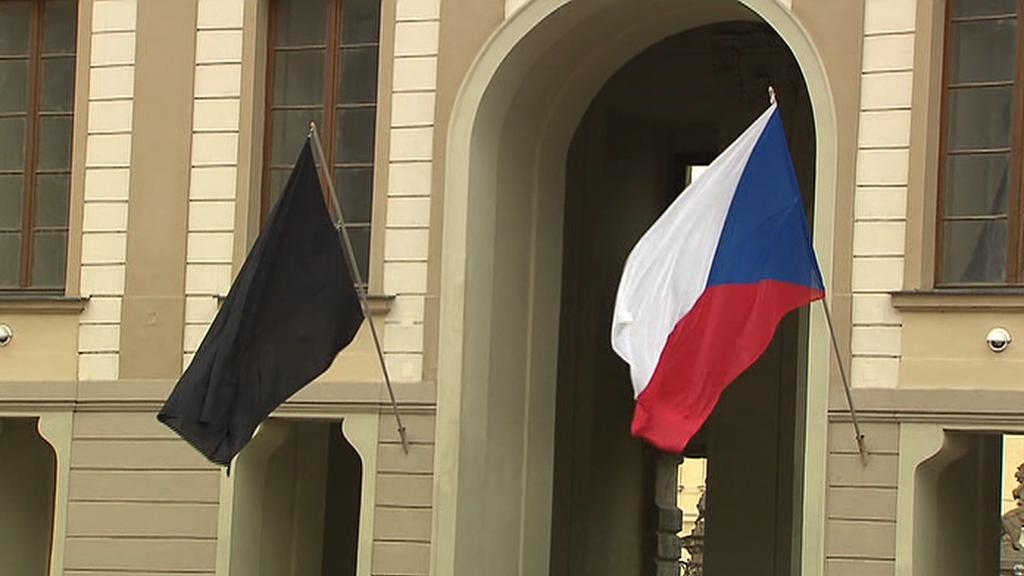 Smuteční vlajka na Pražském hradě