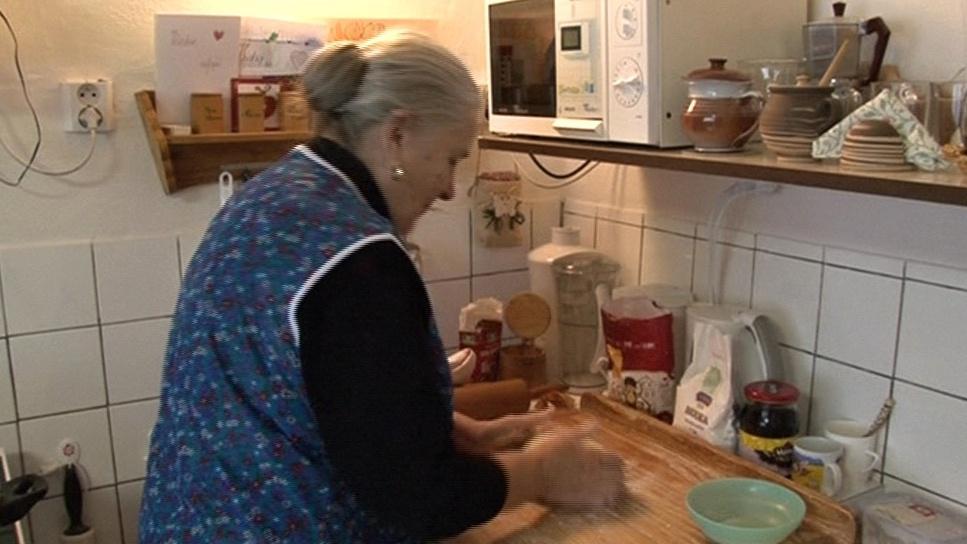 Paní Lekešová vaří pěry z bramborového těsta