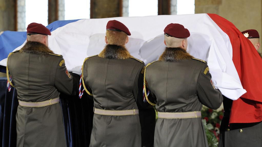 Vojáci Hradní stráže pokládají rakev na katafalk
