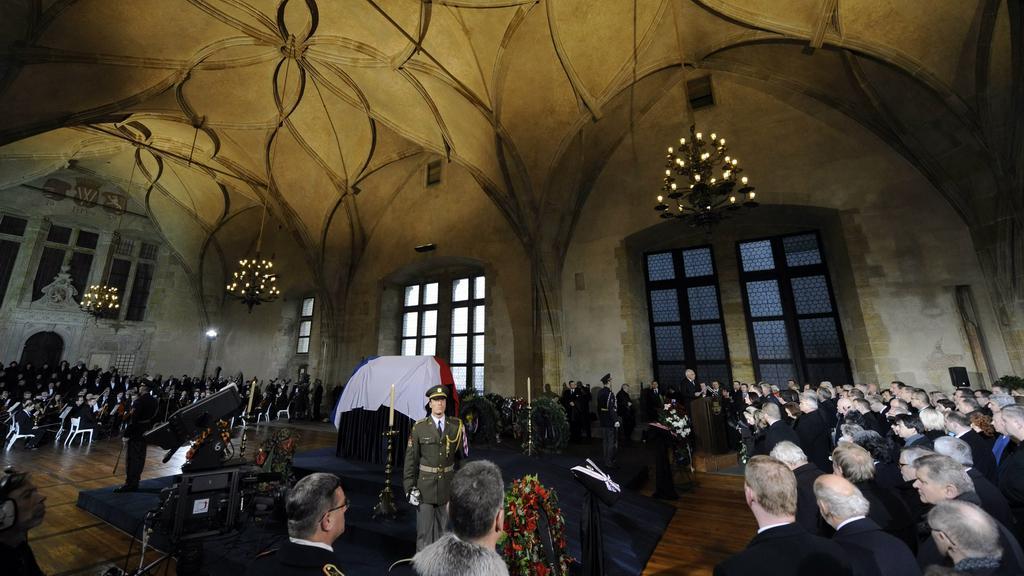 Rakev s Václavem Havlem vystavená ve Vladislavském sále