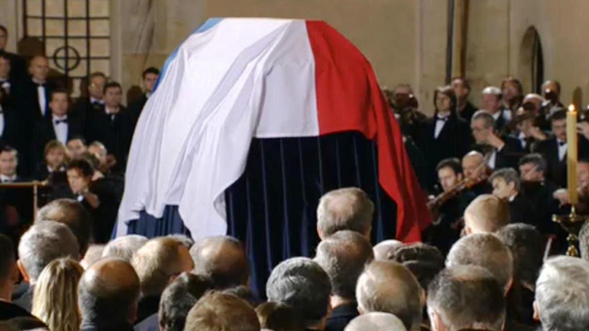 Rakev s ostatky Václava Havla na katafalku