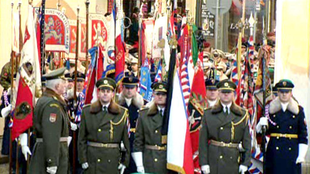 Členové armády a Hradní stráže s historickými prapory