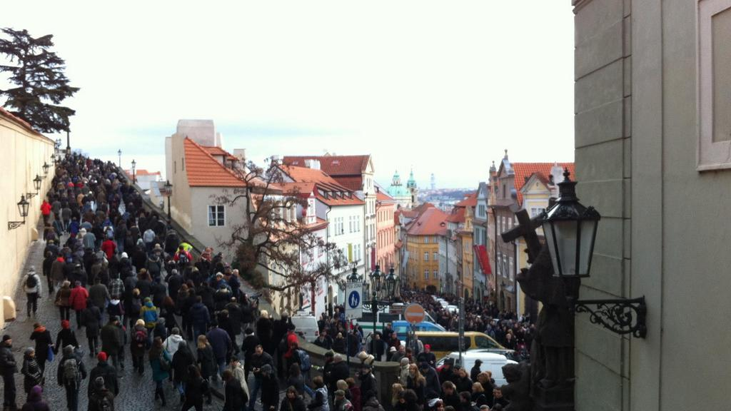 Smuteční průvod pod Pražským hradem