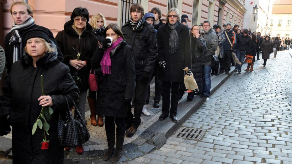 Zástupy lidí před Pražskou křižovatkou