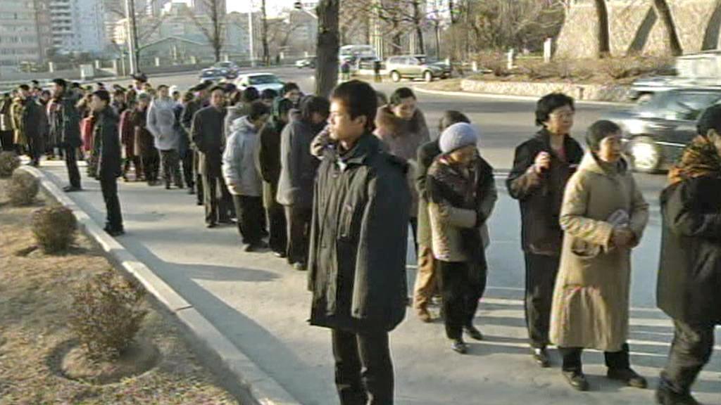 Truchlící Severokorejci se chodí poklonit Kimově památce