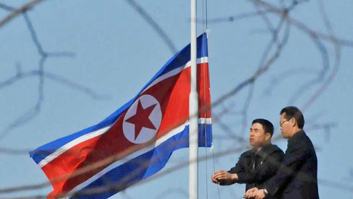 KLDR stahuje vlajku na půl žerdi