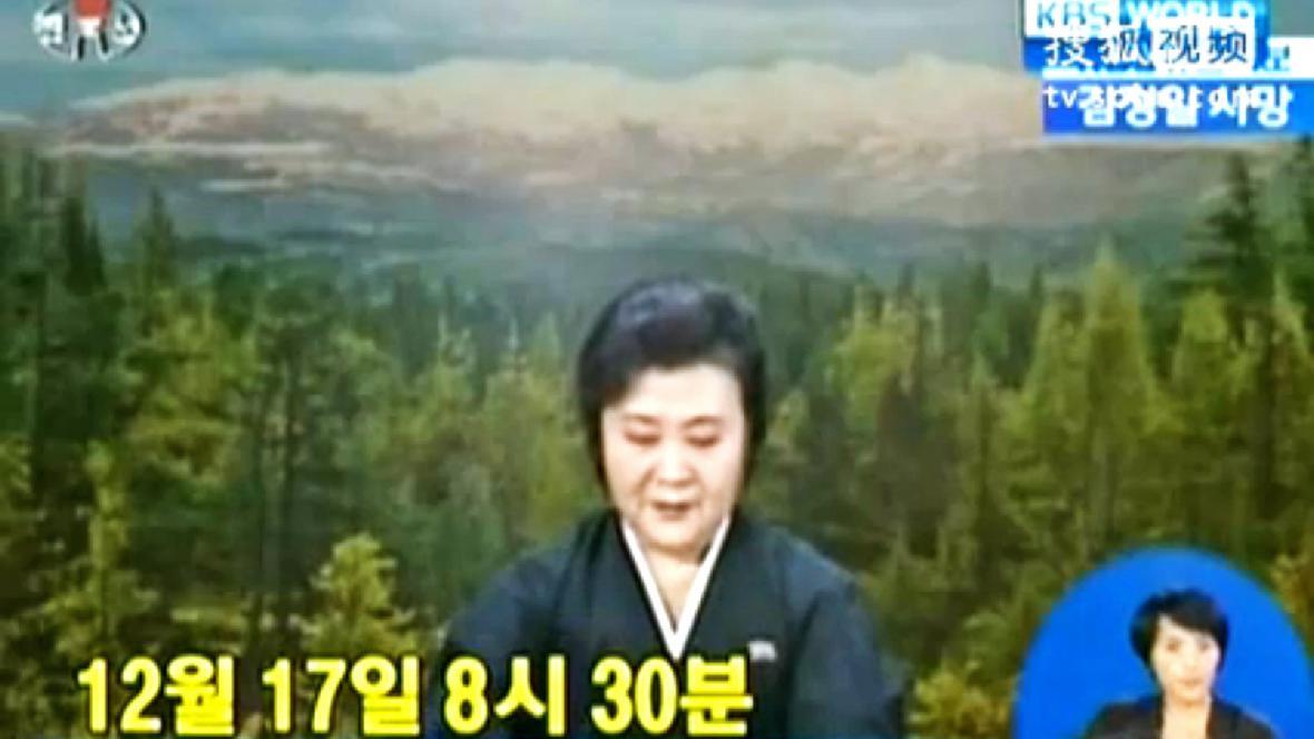 Plačící moderátorka oznamuje smrt Kim Čong-ila