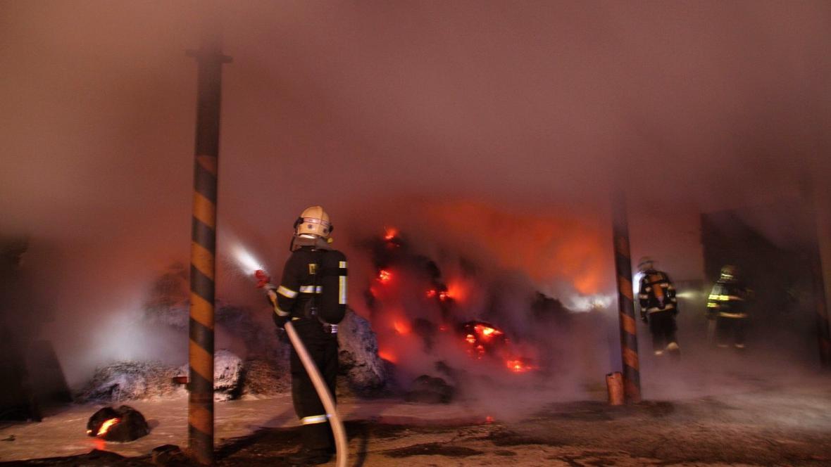 Hasiči bojovali s požárem seníku