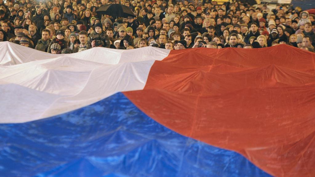 Lidé při shromáždění na Václavském náměstí roztáhli obří českou vlajku
