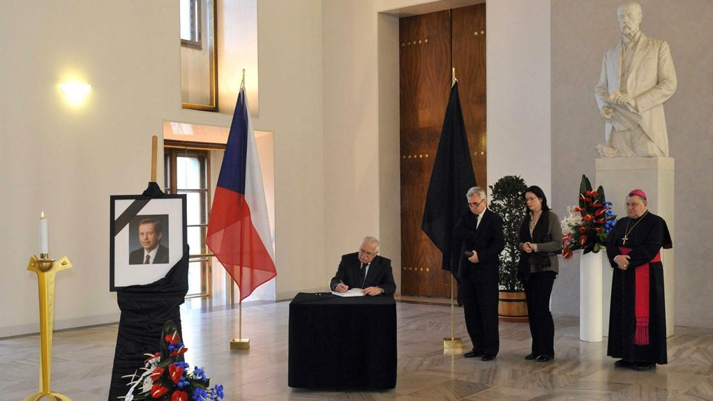 Prezident Václav Klaus podepisuje kondolenční listiny