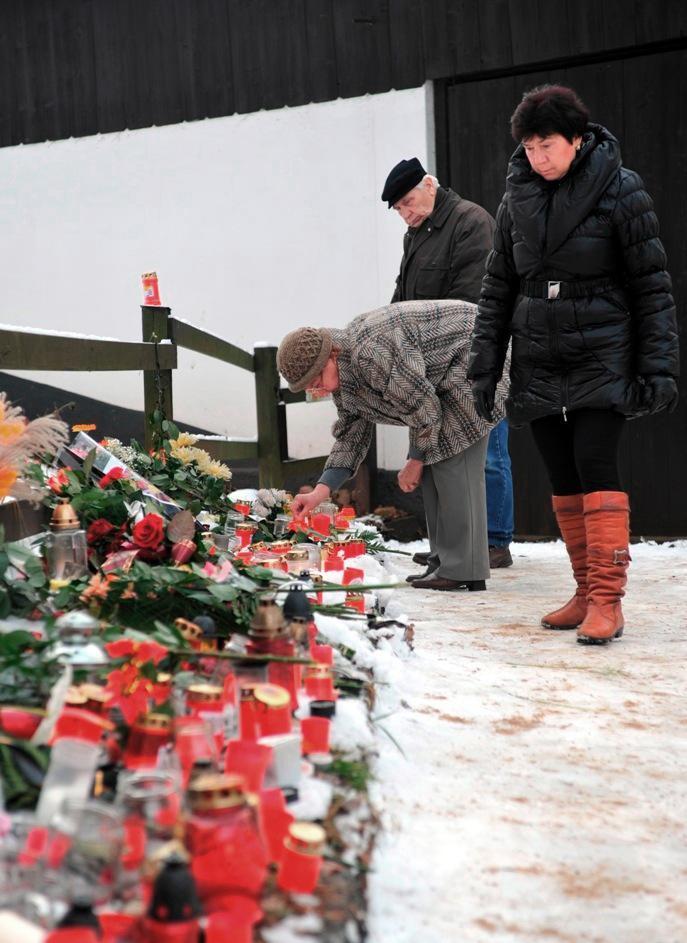 Lidé pokládají svíčky u chalupy na Hrádečku