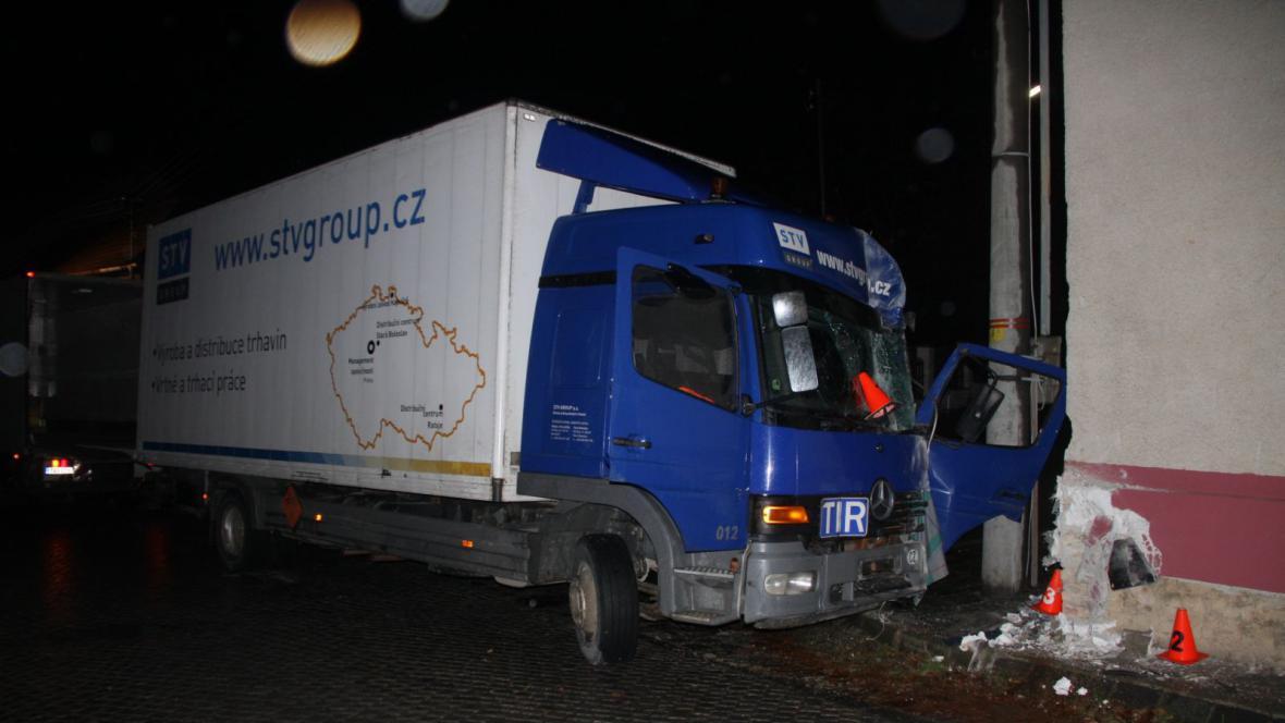 Kamion naložený trhavinou narazil do rodinného domu