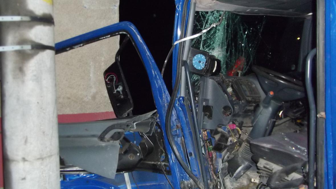 Zdemolovaná kabina řidiče
