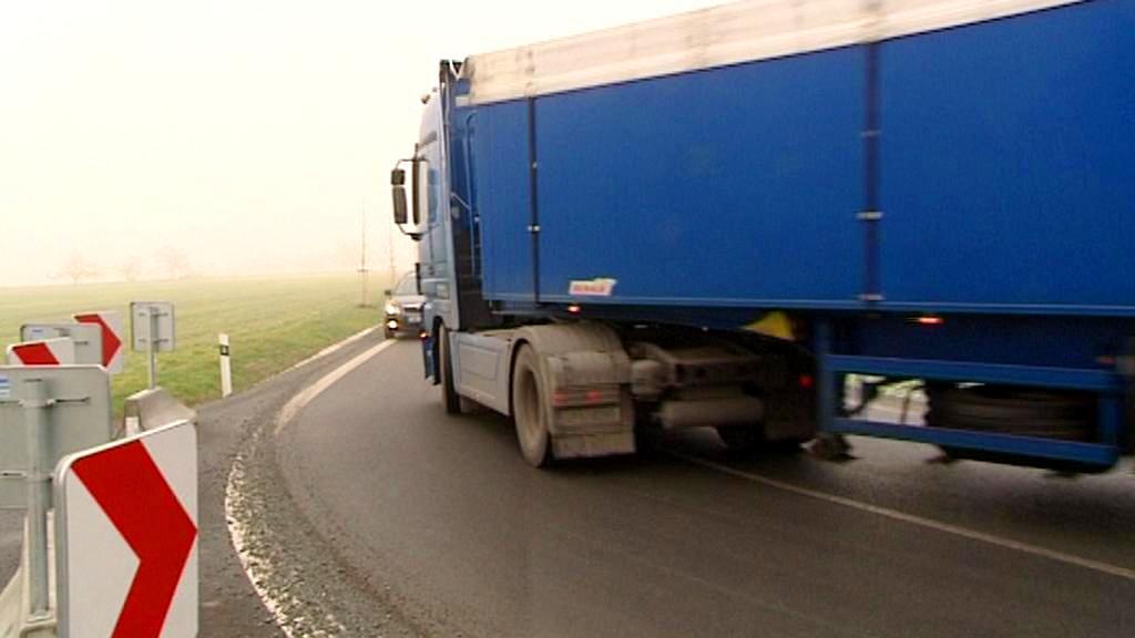 Kamiony při průjezdu ostrou zatáčkou zasahují do protisměru