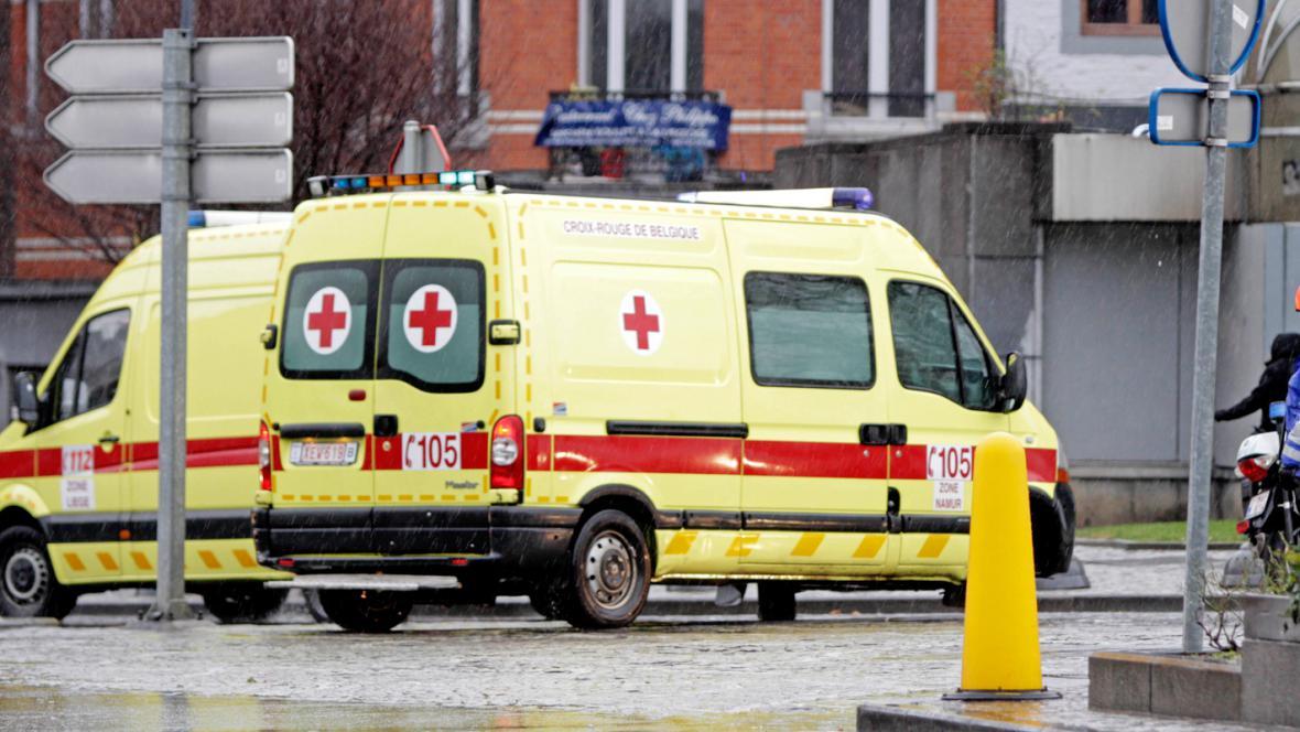 Záchranky na místě atentátu v Lutychu