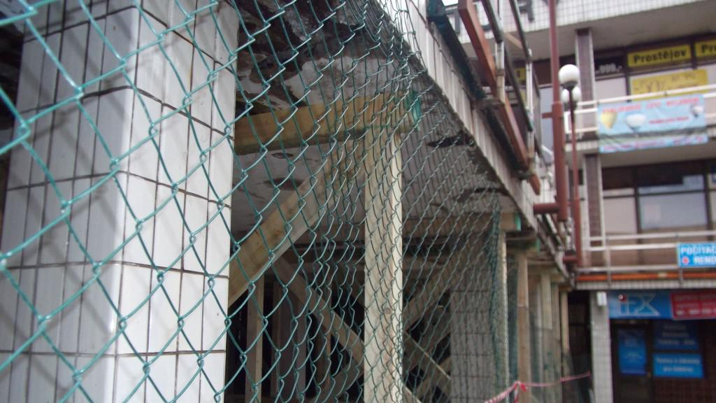 Pod terasu kulturního domu je vstup zakázán