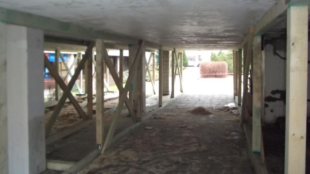 Terasa vsetínského kulturního domu musela být podepřena