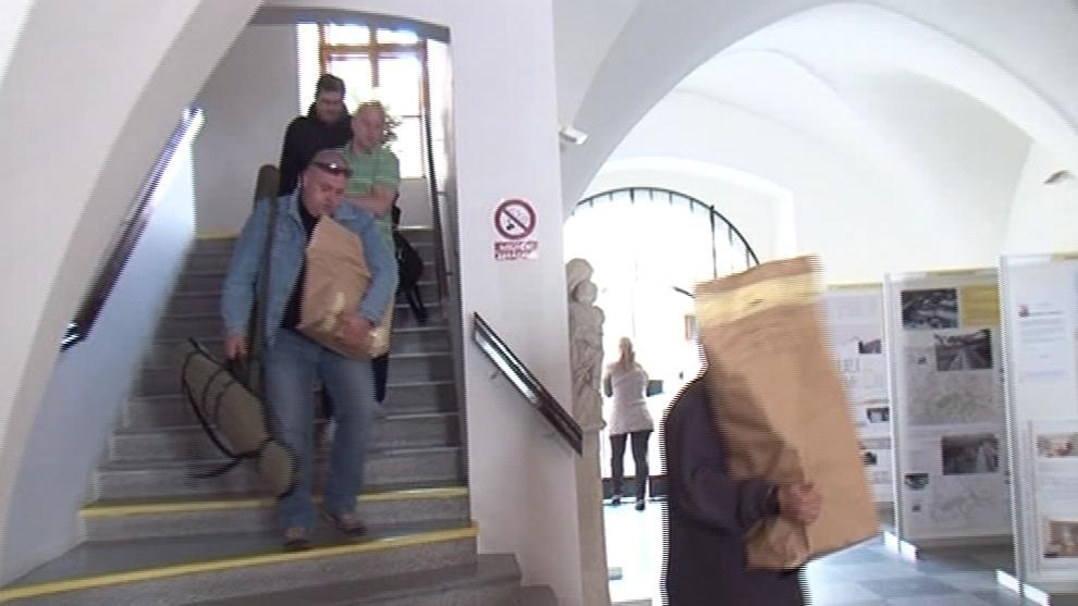 Kriminalisté odnáší dokumenty z kanceláře bývalého tajemníka Znojma Vladimíra Krejčíře