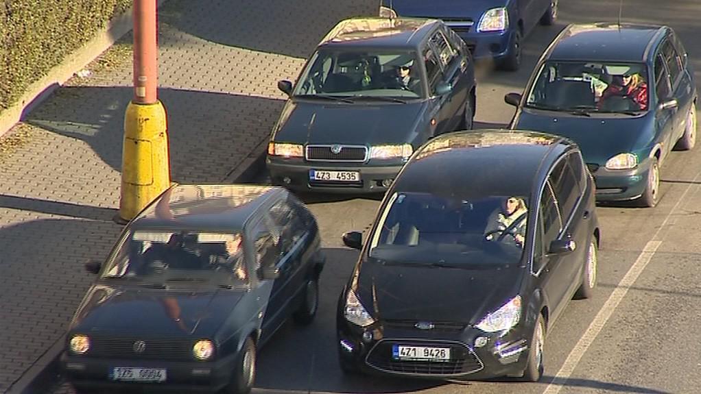 Auta se v jednom pruhu řadí vedle sebe