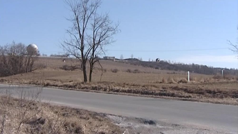 Armádní cesta, která vede k radaru i k bývalém vojenskému areálu Újezdu u Brna