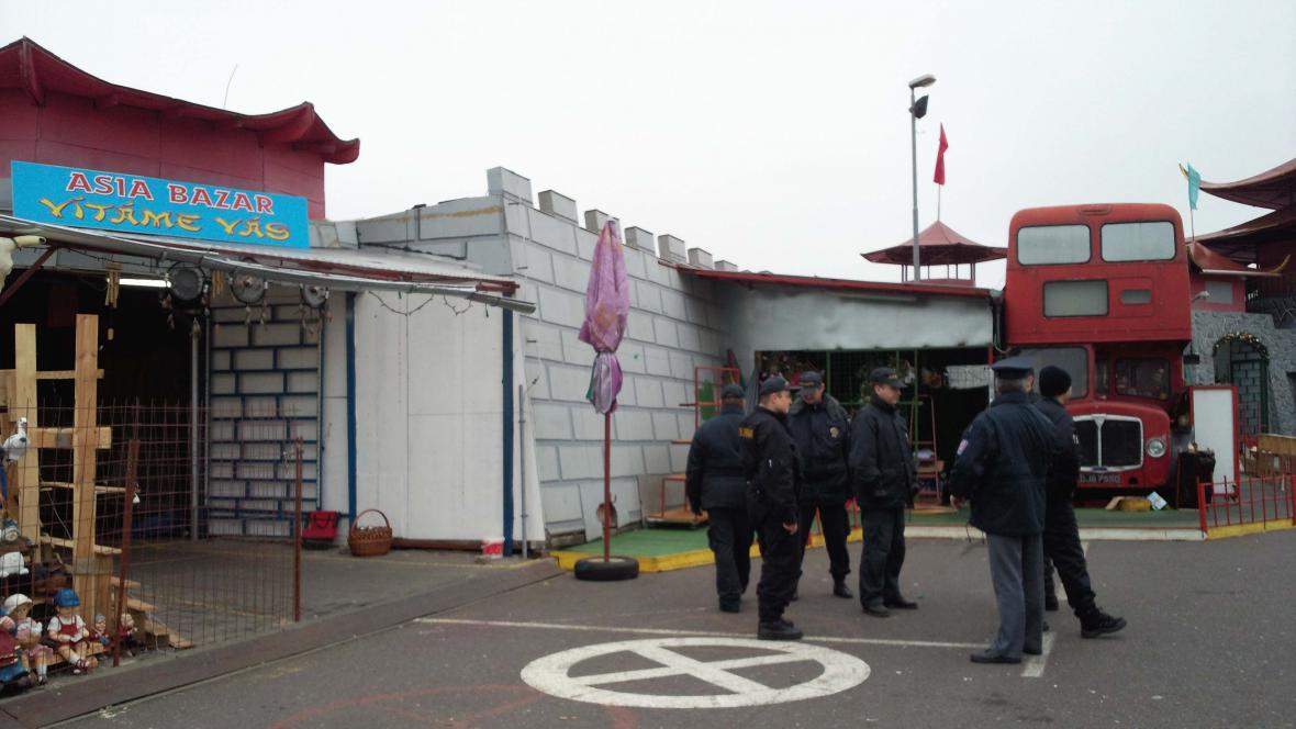 Na tržnici Hatě hlídkují uniformovaní celníci