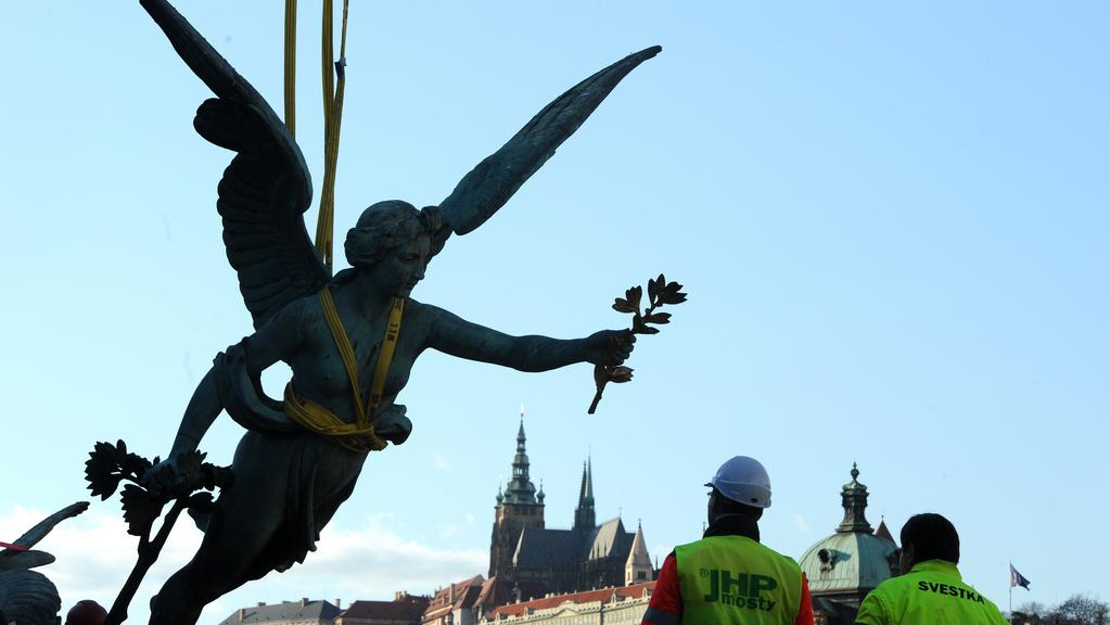 Sundávání soch z Čechova mostu