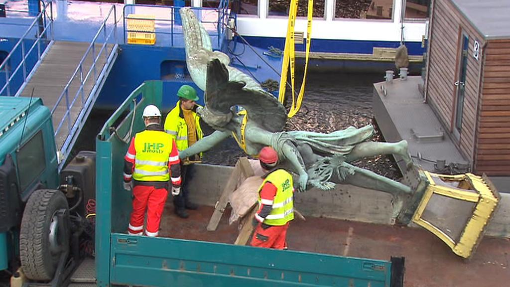 Sundavání sochy Viktorie z Čechova mostu