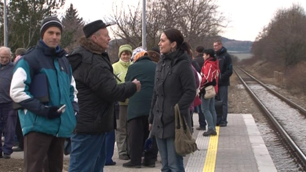 Na otevření železniční zastávky se přišla podívat řada místních