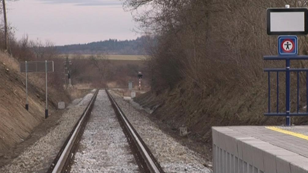 Vlak v Bohušicích staví jen na znamení