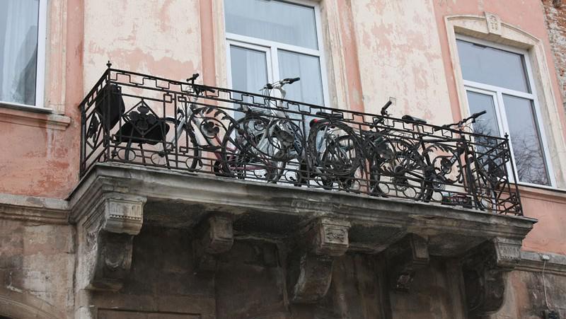 Balkon na Rynku plný kol