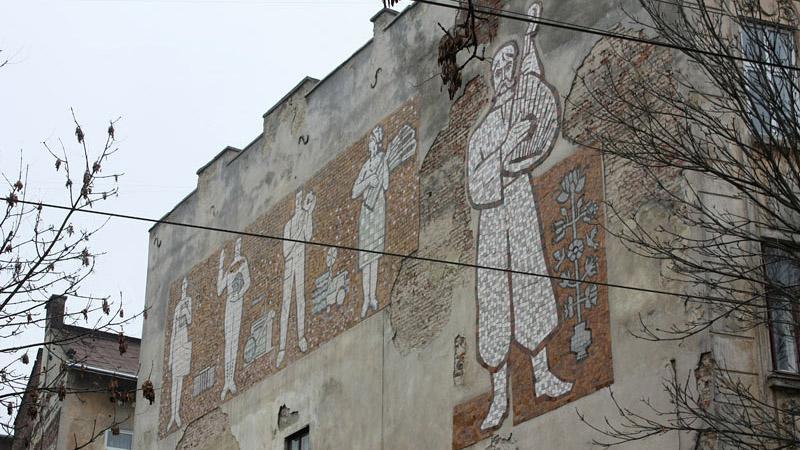 Drobně nalíčená fasáda domu ve Lvově