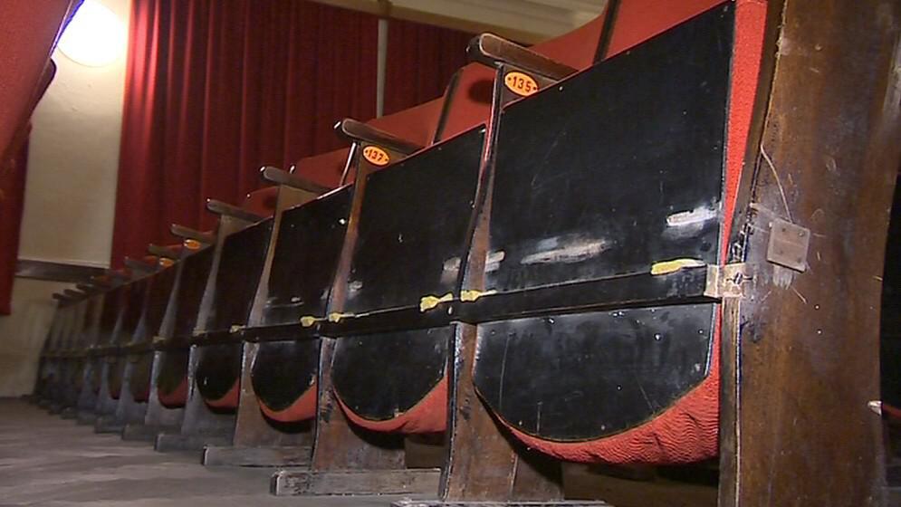 Staré sedačky v kině